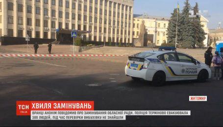 Очередная волна заминирований: в трех вузах Харькова ищут взрывчатку