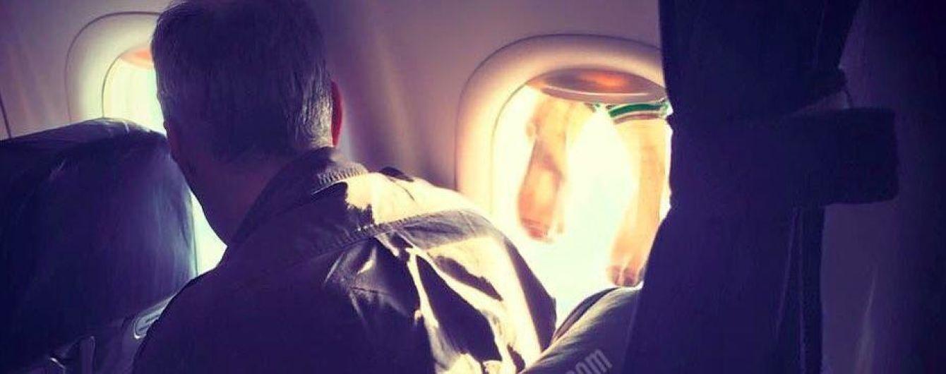 Мережу обурив пасажир літака, який розвісив шкарпетки просто на ілюмінаторі
