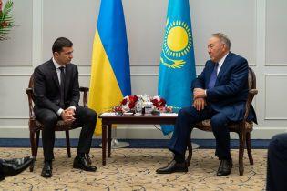 Зеленский впервые встретился с экс-президентом Казахстана Назарбаевым