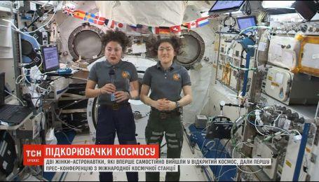 Астронавтки дали пресс-конференцию после первого в истории парного выхода женщин в открытый космос