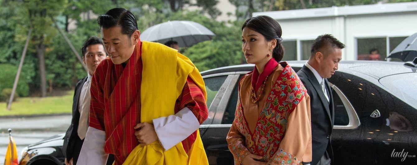 У традиційному строкатому вбранні і з елегантною зачіскою: королева Бутану на урочистій церемонії