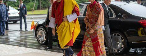 В традиционном пестром наряде и с элегантной прической: королева Бутана на торжественной церемонии