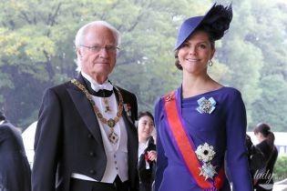 Самая яркая гостья: кронпринцесса Виктория прибыла на коронацию в красивом платье цвета индиго