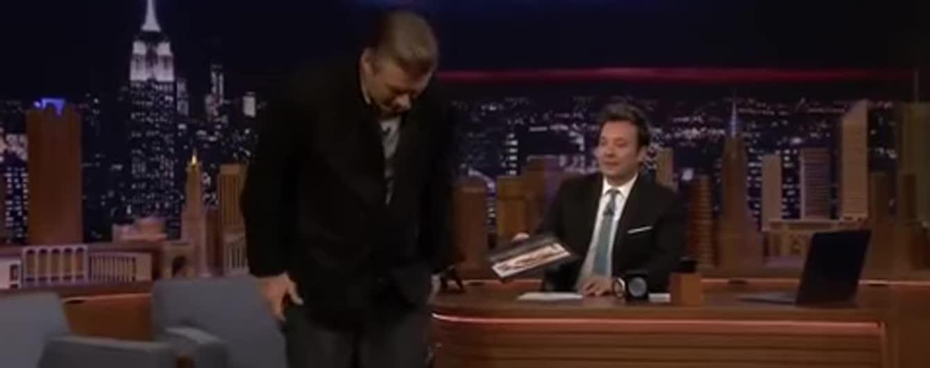 61-летний Алек Болдуин неожиданно снял штаны в прямом эфире