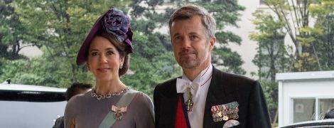 В платье Valentino и с рубинами на шее: кронпринцесса Мэри и ее супруг Фредерик на торжественном мероприятии в Токио
