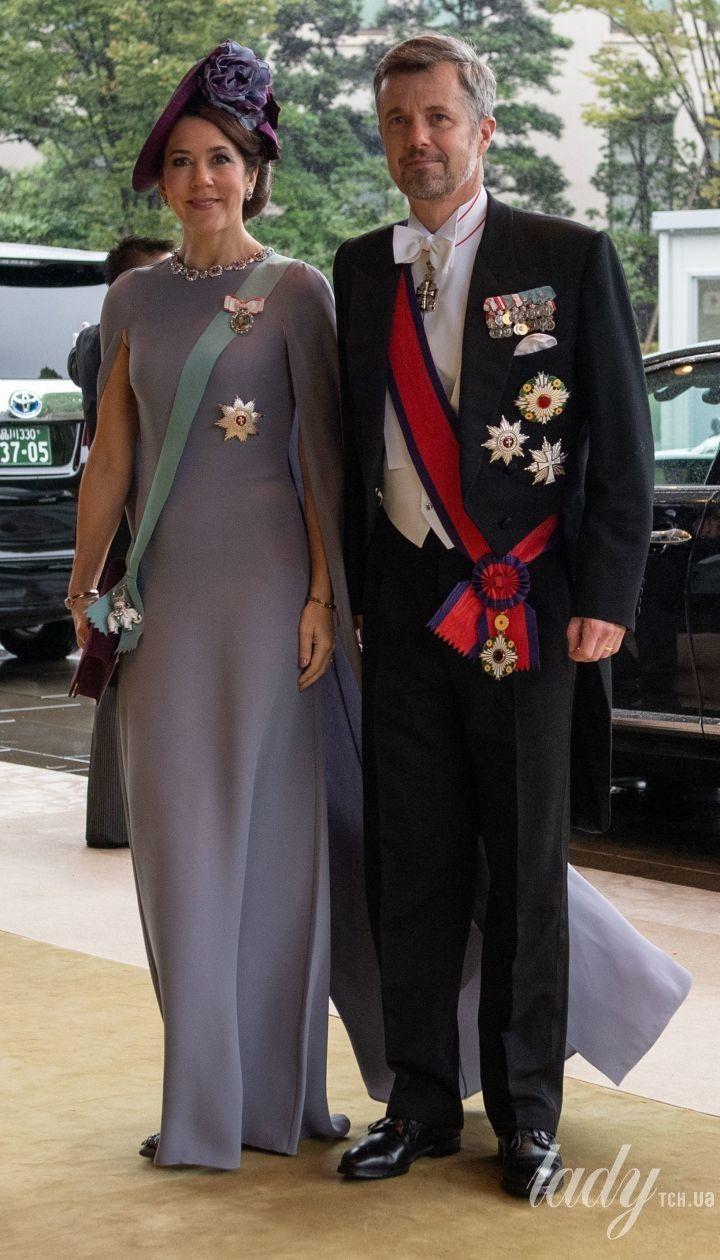 В платье Valentino и рубинами на шее: кронпринцесса Мэри и ее супруг Фредерик на торжественном мероприятии в Токио
