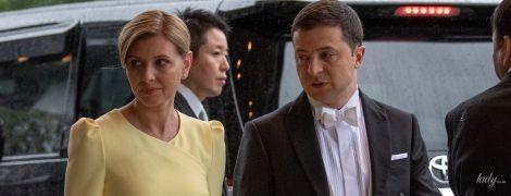 В нежно-лимонном платье и перчатках не по размеру: Елена Зеленская с мужем на интронизации императора Японии