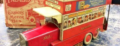 Британская пара нашла среди хлама 90-летнюю коробку из-под бисквита и разбогатела
