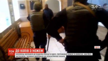 В психиатрическую больницу доставили иностранца, который ворвался в отделение полиции в Одессе
