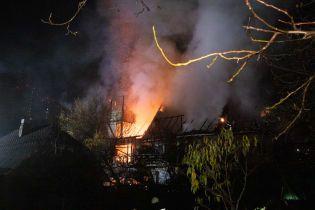 У Києві горів триповерховий будинок: його гасили понад 40 рятувальників