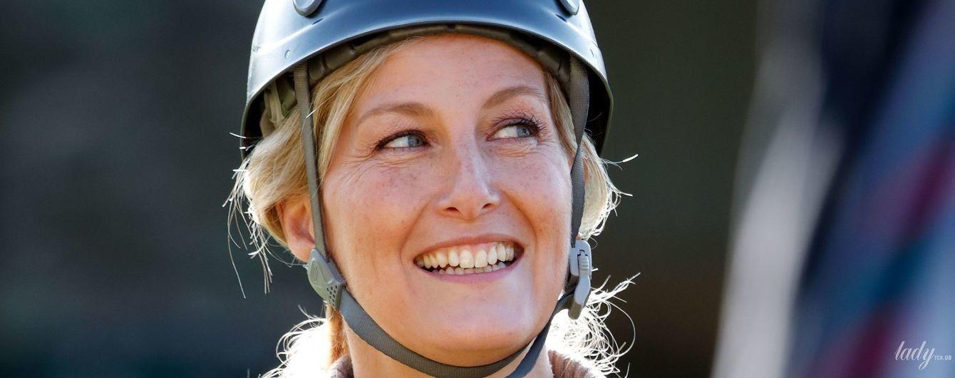 В каске и с улыбкой: британская графиня Уэссекская Софи на спортивных соревнованиях