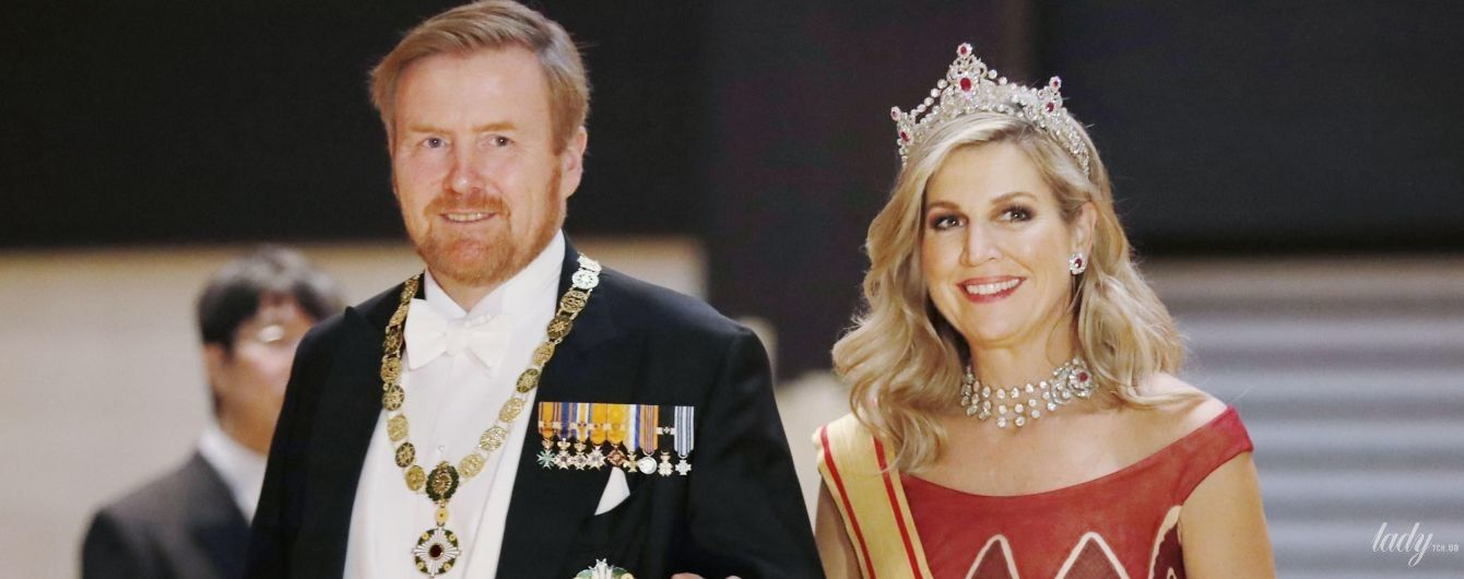В рубиновом платье и с роскошными украшениями: королева Максима с мужем посетила банкет в императорском дворце