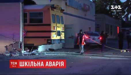 В США автобус со школьниками столкнулся с легковым авто, а затем врезался в здание