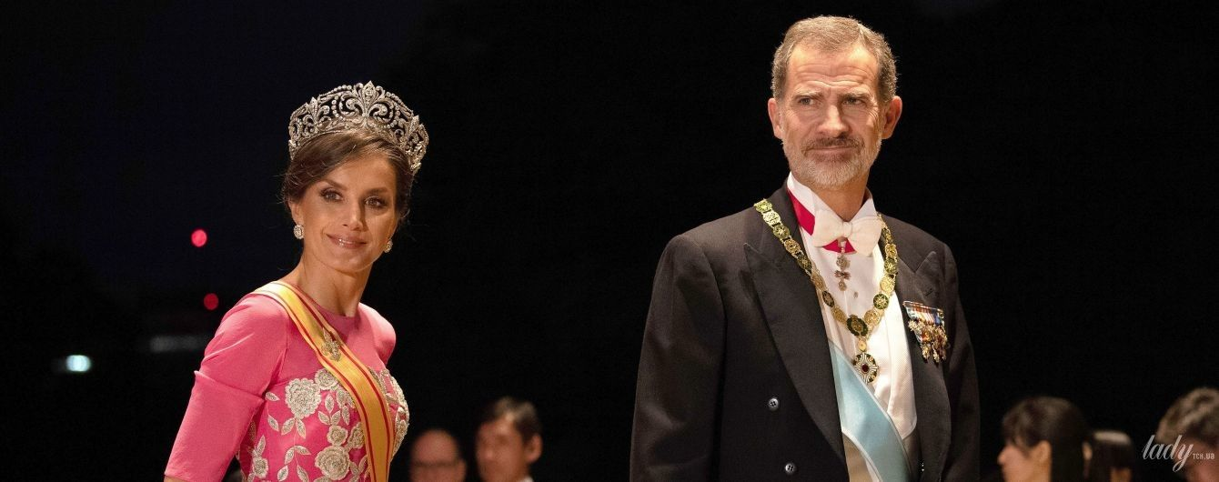 В розовом наряде и огромной бриллиантовой тиаре: королева Летиция на банкете в Токио