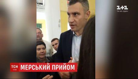 В Сети появилось видео, на котором мэр Киева выхватил мобильный из рук журналиста