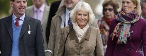 Опять с сумкой, как у Меган: герцогиня Корнуольская посетила Кемптонские скачки