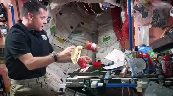 Обліт Землі кожні 90 хвилин, душ в космосі та сон в невагомості. Як живуть і працюють астронавти на МКС