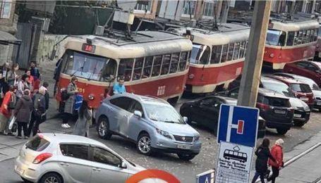 В Киеве Lexus забросали мусором за блокировку трамвайных путей