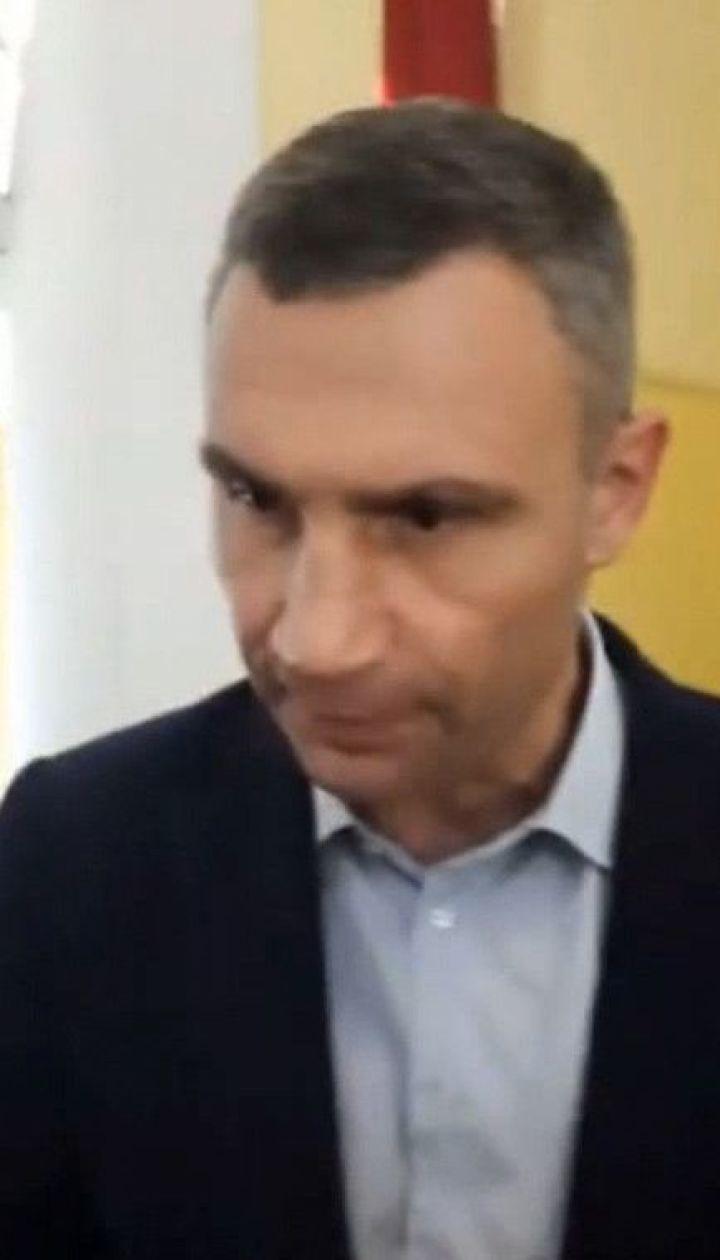 Виталий Кличко выхватил телефон у журналиста во время встречи с жителями столицы