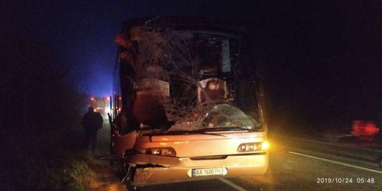Поблизу Рівного пасажирський автобус зіткнувся з вантажівкою. Є загиблі