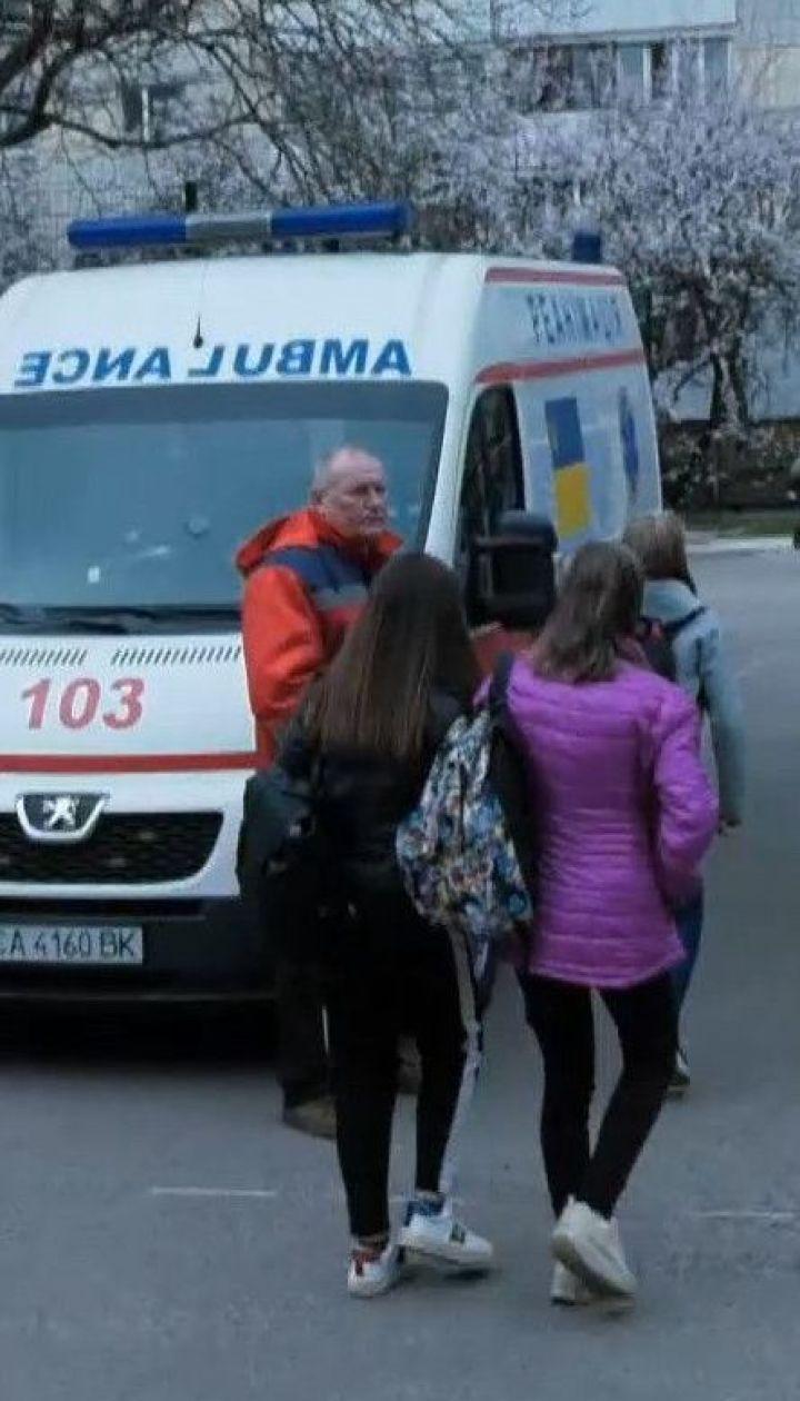 У столичній школі учень розпорошив перцевий газ: три школярки опинились в лікарні