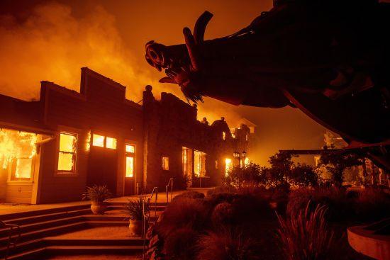 У Каліфорнії десятки тисяч людей евакуюють через лісові пожежі. Вогонь загрожує спопелити цілі міста