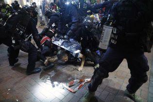 По меньшей мере 54 человека пострадали во время столкновений на улицах Гонконга