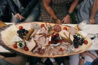Кости, кожа и куриные головы: чем начинены популярные колбасы и как производители обманывают покупателей