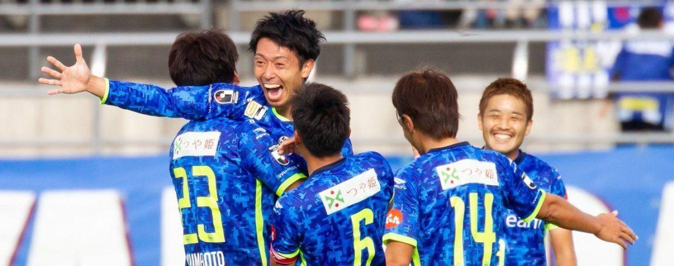 Коли відстань не перешкода. В Японії команда двічі за півтори хвилини забила ударами зі своєї половини поля