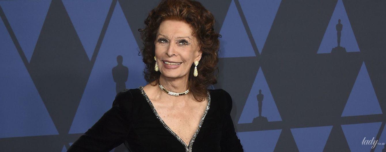 В это невозможно поверить: 85-летняя Софи Лорен элегантным платьем подчеркнула стройную фигуру