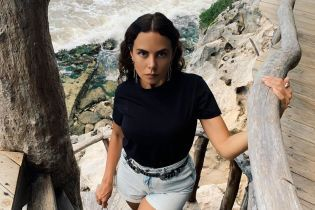Сексапільна Настя Каменських у мінішортах еротично позувала на сходах