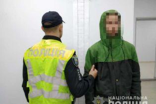 В Киеве на Теремках молодой человек пытался изнасиловать несовершеннолетнюю. Его задержал таксист