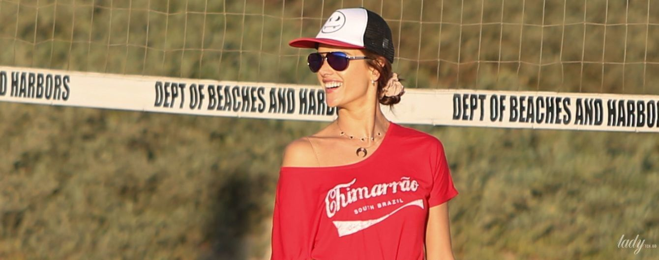 У хорошій формі: Алессандра Амбросіо показала пружні сідниці під час гри у пляжний волейбол
