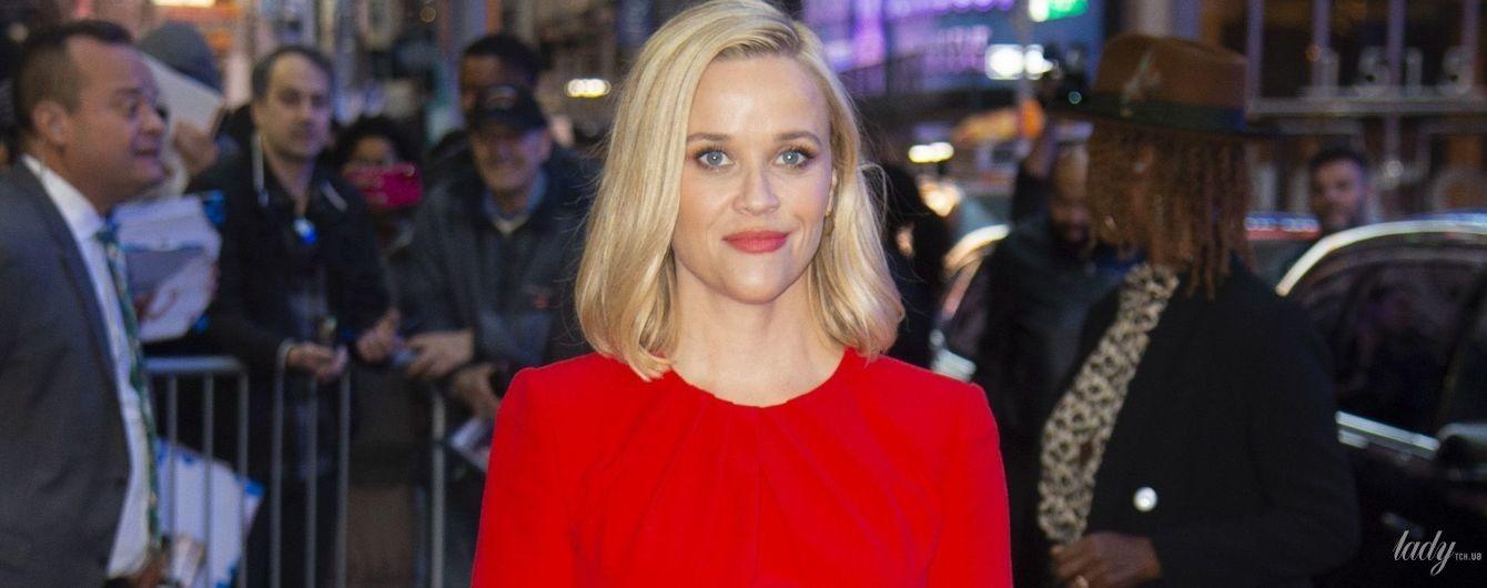 Снова стала блондинкой: Риз Уизерспун в красном платье приехала на светское мероприятие