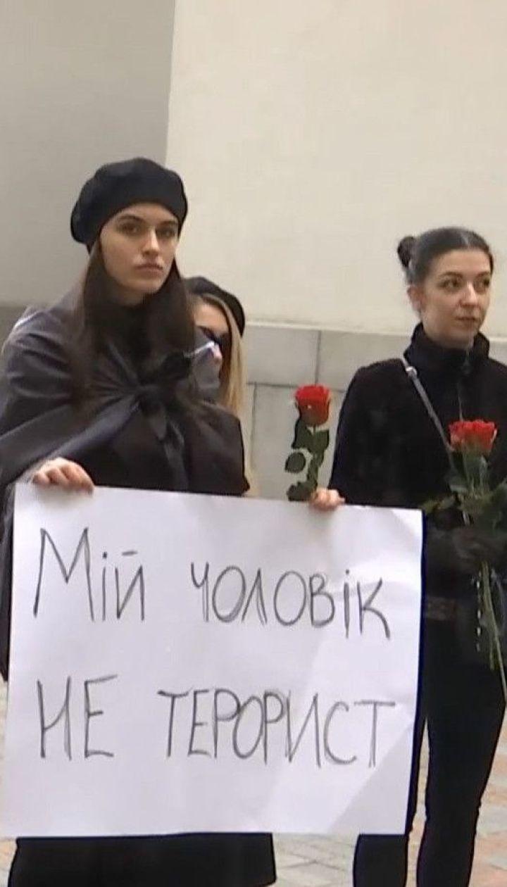 """""""Захисники - не терористи"""": бійці полку """"Азов"""" зібрались біля Міністерства закордонних справ"""
