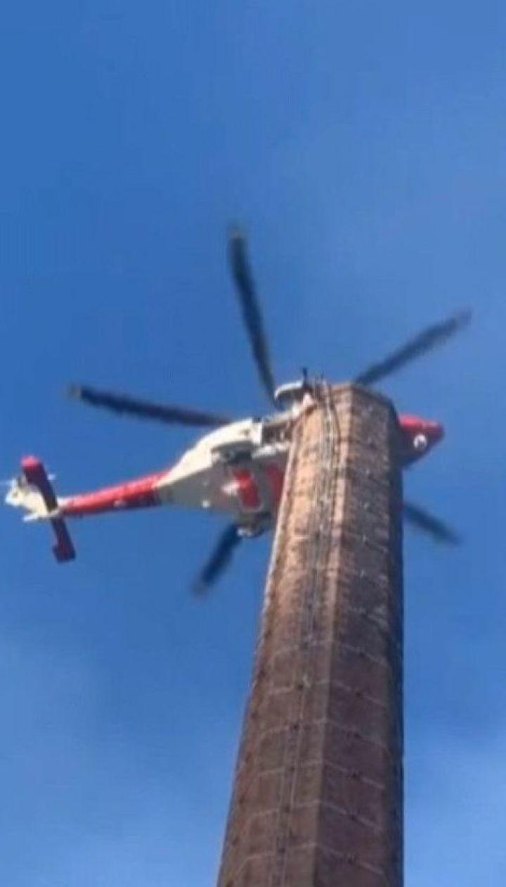 Британские спасатели пытаются снять мужчину со 100-метрового дымохода