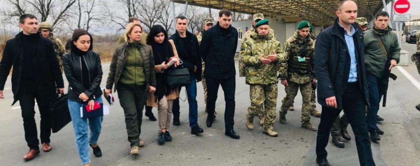 Прем'єр проінспектував КПВВ на Донбасі та обговорив процедуру перетину лінії розмежування для дітей