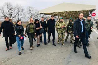 Премьер проинспектировал КПВВ на Донбассе и обсудил процедуру пересечения линии разграничения для детей