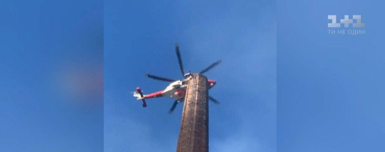 В Британии мужчину, который застрял на 100-метровом дымоходе, снимают с помощью вертолета