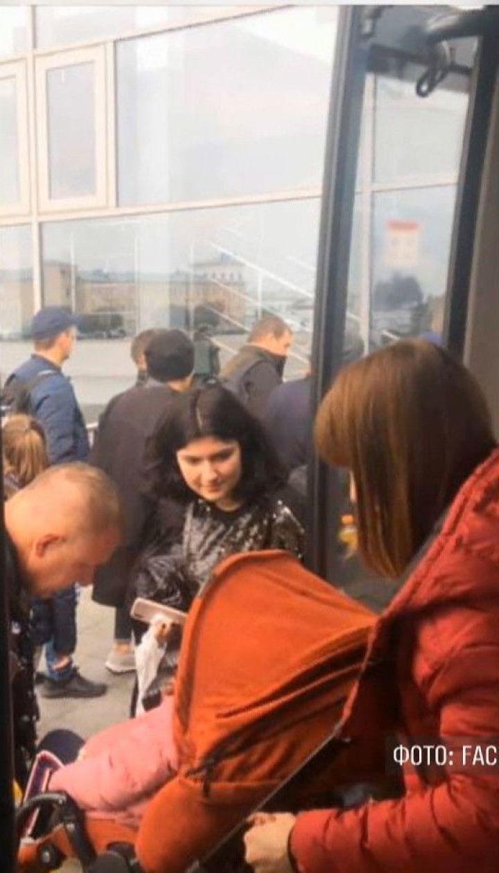 Пациентов больницы и пассажиров аэропорта эвакуировали из-за фейковых минирований в Киеве
