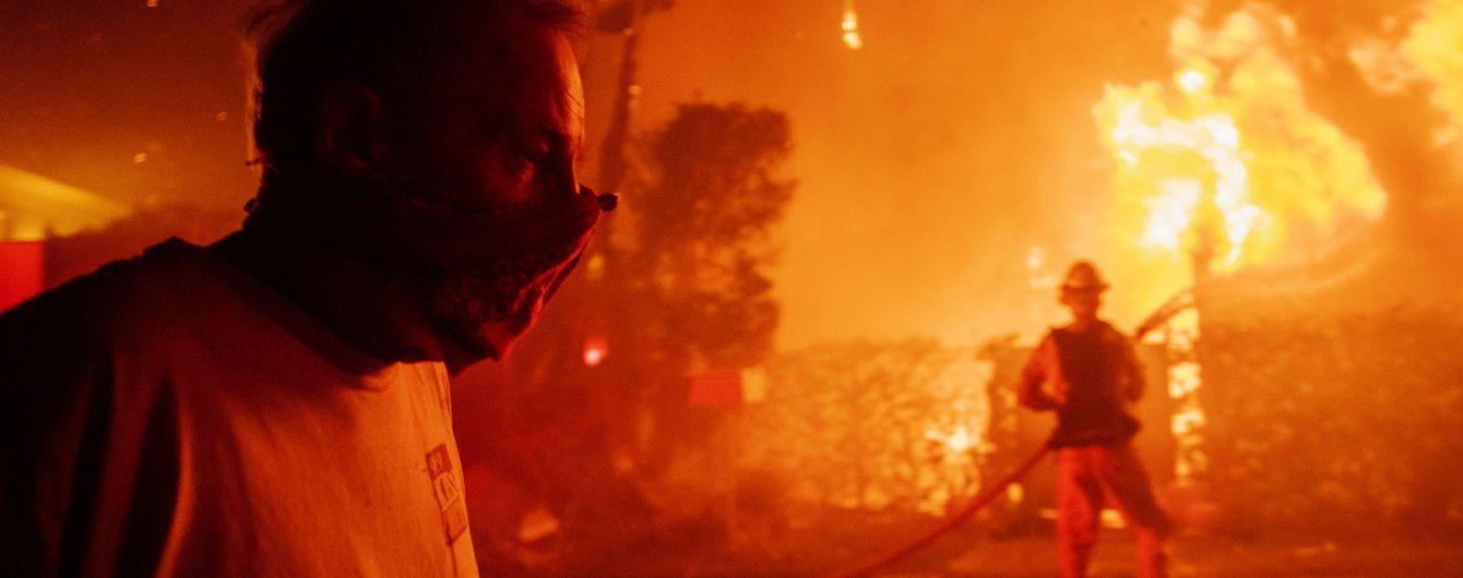 Потужна лісова пожежа охопила елітні околиці Лос-Анджелеса. Від вогню змушені тікати Шварценеггер та інші зірки