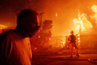 Мощный лесной пожар охватил элитные окраины Лос-Анджелеса. От огня вынуждены бежать Шварценеггер и другие звезды