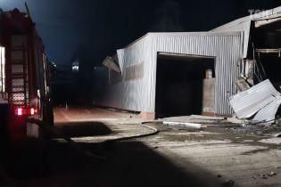 Вибух на заводі у Дніпрі: рятувальникам довелося гасити пожежу з великими труднощами