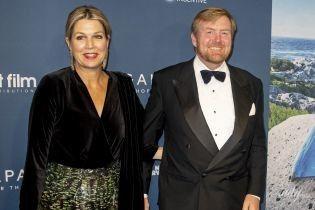 С глубоким декольте и штанах с пайетками: королева Максима с мужем сходила на премьеру фильма