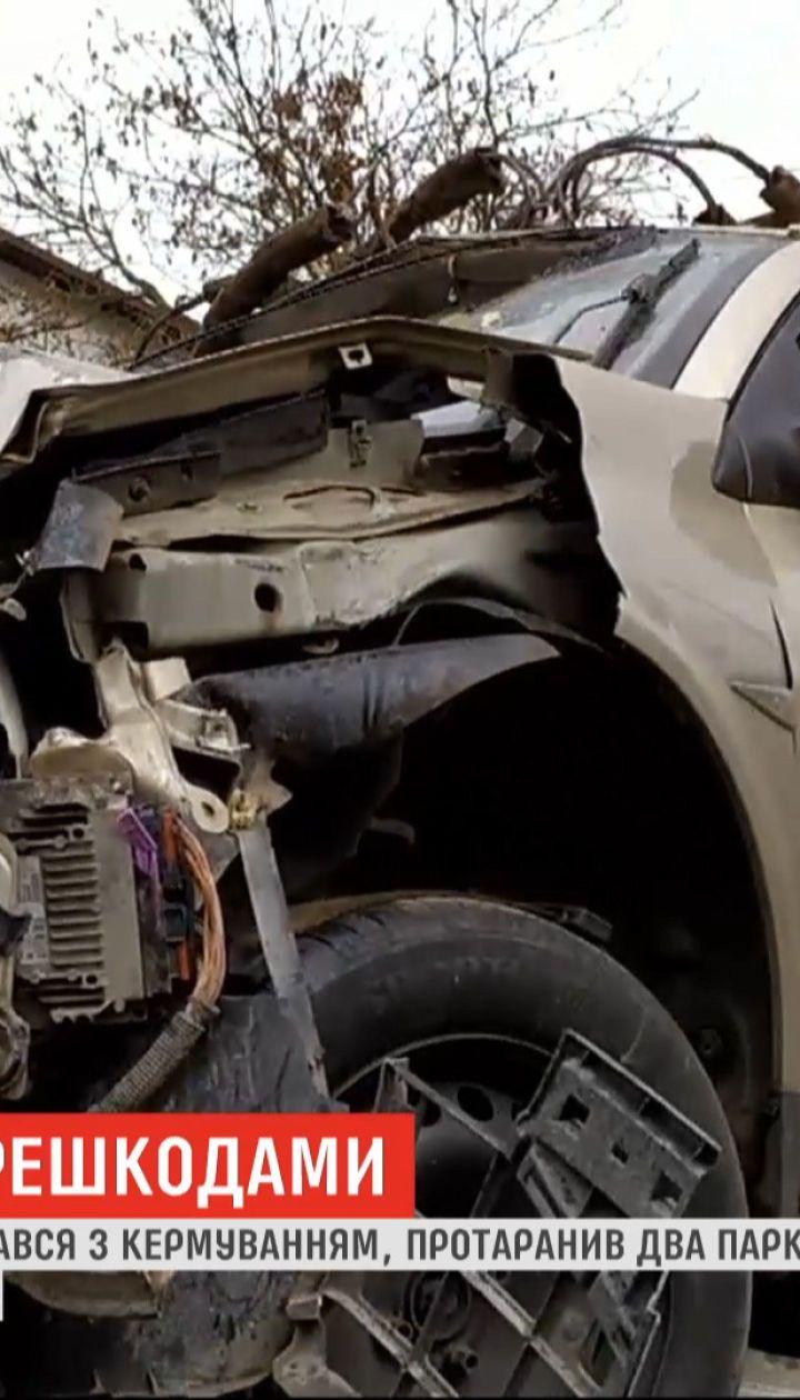 Во Львове 19-летний водитель протаранил два забора и влетел во двор жилого дома