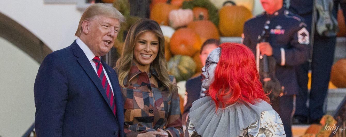 В пальто в стиле пэчворк и с насыщенным макияжем: Мелания Трамп с мужем отпраздновали Хэллоуин в Белом доме