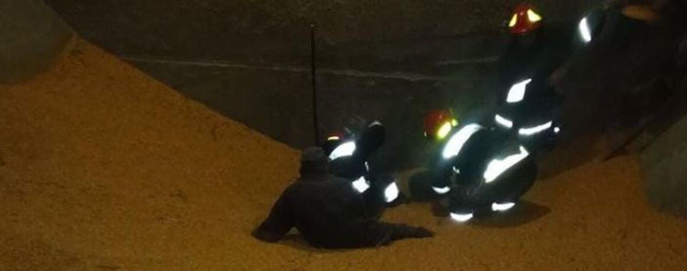 У селі Івано-Франківської області двох чоловіків на смерть засипало кукурудзою
