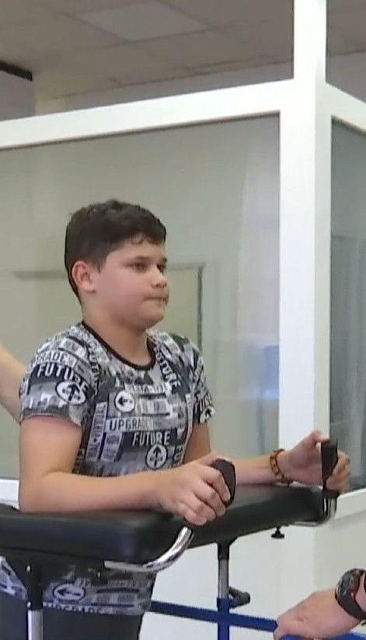 13-річний Олег з Черкас, якого травмувало баскетбольним щитом, починає ходити і мріє про футбол