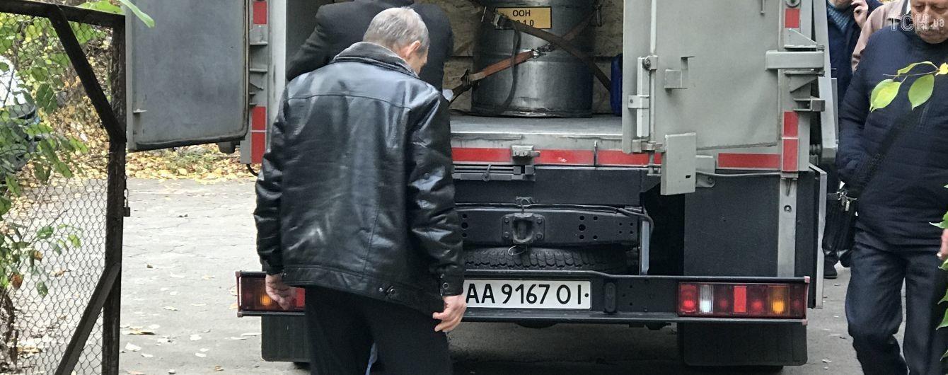 Цезієві капсули в центрі столиці: працівників обсерваторії в Києві обстежують лікарі