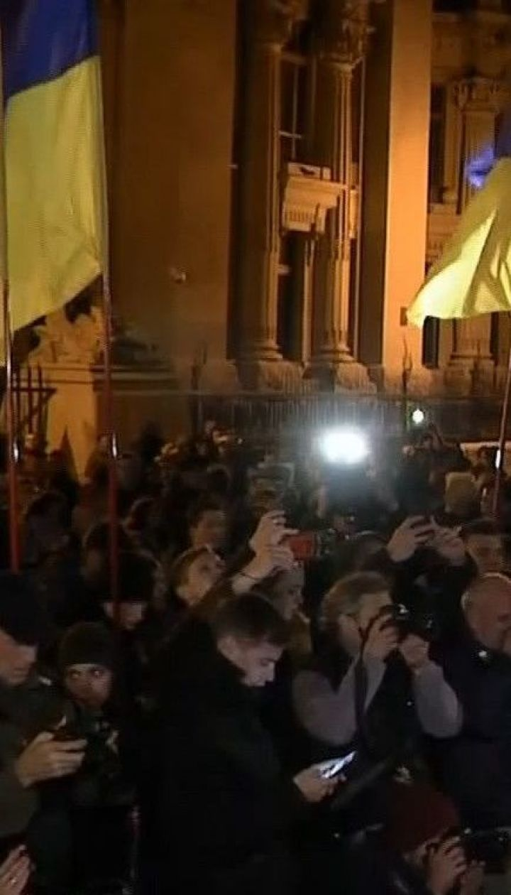 Під стінами Офісу президента відбувається акція проти розведення військ